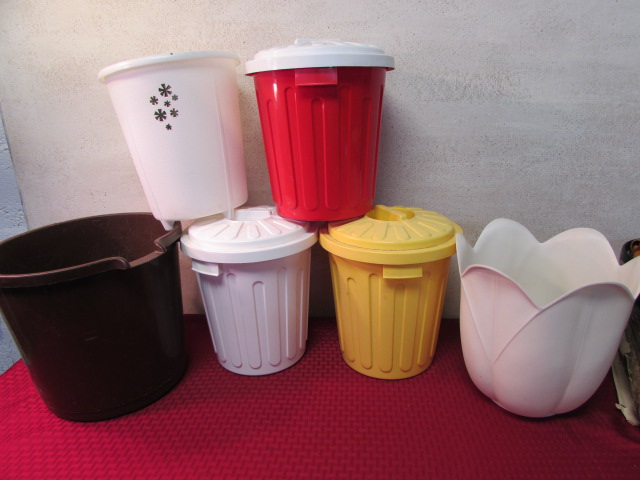 Lot detail three small trash cans with lids two small cans a bucket - Small trash can with lid ...