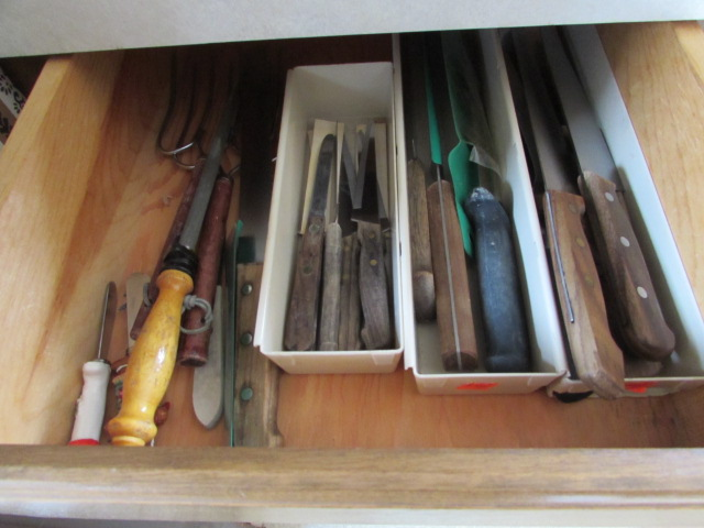 ... GENERAL ELECTRIC MICROWAVE, LOTS OF NICE VINTAGE KITCHEN KNIVES & MORE  ...